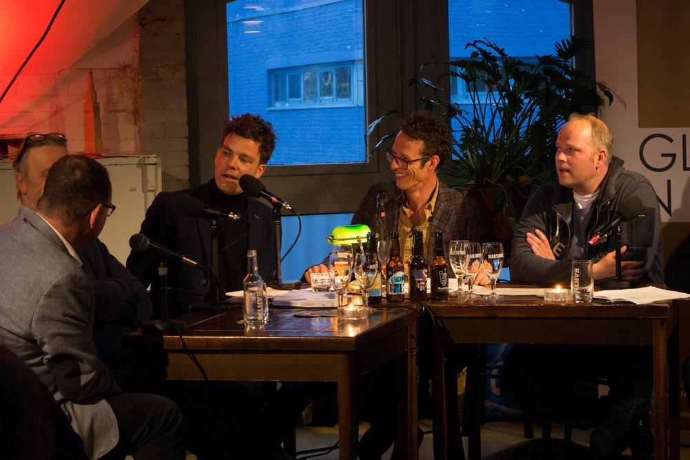 """- Samen met Jelte Posthumus presenteerde Anne Jan op donderdag 17 mei in Brouwerij Martinus in Groningen de derde editie van Café Glasnost.Het thema van deze editie luidde """"De Dood; uit de tijd?""""Hoe gaan wij in onze moderne westerse samenleving eigenlijk om met de dood en troost? Wat zou hierin verbeterd kunnen en moeten worden? Wat kan de filosofie ons hierover leren? En wat heeft de wetenschap er over te zeggen? Hoe werkt de dood, rouw en rouwverwerking eigenlijk in de praktijk? Zouden we definitief van onze doodsangst af kunnen komen? En hoe wenselijk zou het zijn om onsterfelijk te zijn? Want is de dood eigenlijk niet de beste deadline die er bestaat?Te gast waren longarts/columnist Sander de Hosson, filosoof Menno de Bree, hoogleraar godsdienstfilosofie en ethiek Christoph Jedanen bijzonder hoogleraar psychologie Jos de Keijser. Anderhalf uur lang spraken we vanuit hun vakgebieden met hen over 'dat lot dat ons allen in eindigheid verbindt'.De muzikale en poëtische omlijsting van de avond werd vervuld door dichter Kasper Peters, zangeres Eva Waterbolk, en pianist Durk van der Meer. En Jeroen Anneveldtwas aanwezig met een column.Luister de uitzending hieronder terug!Eerdere afleveringen van Café Glasnost vind je hier."""