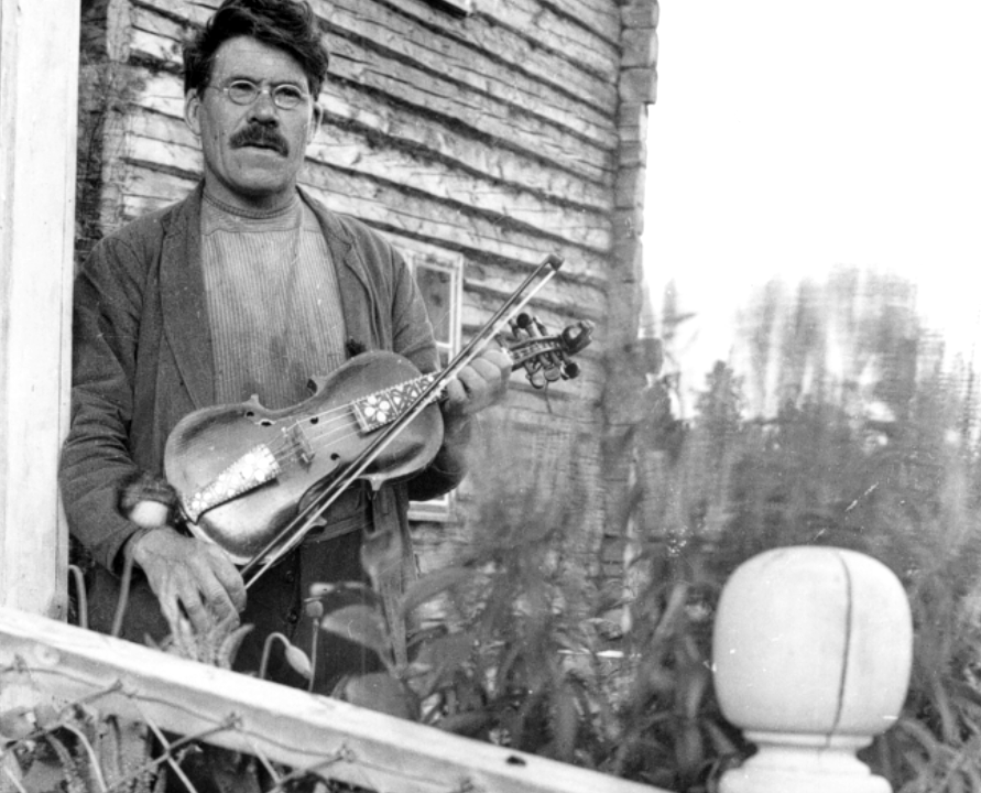 Man with hardanger fiddle. Photo: Kristoffer Langsjøvoll / Musea i Nord-Østerdalen