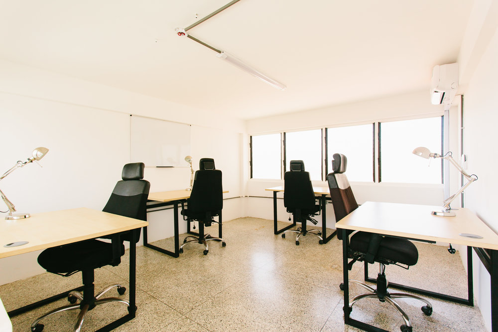 HOt desking - - Gh90/day or GH450/week - Desk in a furnished, air-conditioned private office.- All utilities included (internet, back up generator, security, cleaning, water and electricity)- Payable monthly in advance (discount available if take for 3 months upfront payment)