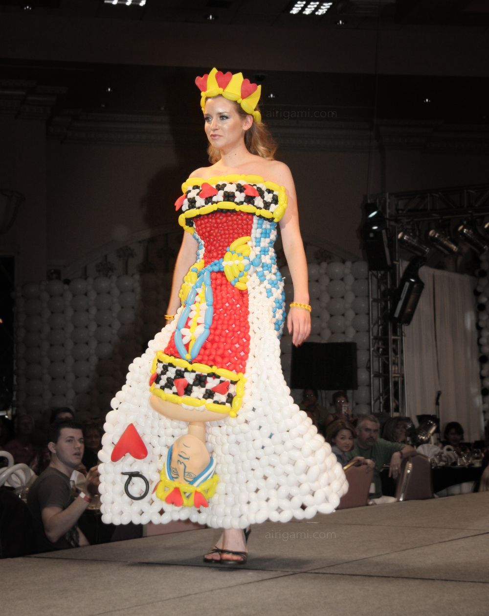 Airigami-balloon-dress-queen.jpg