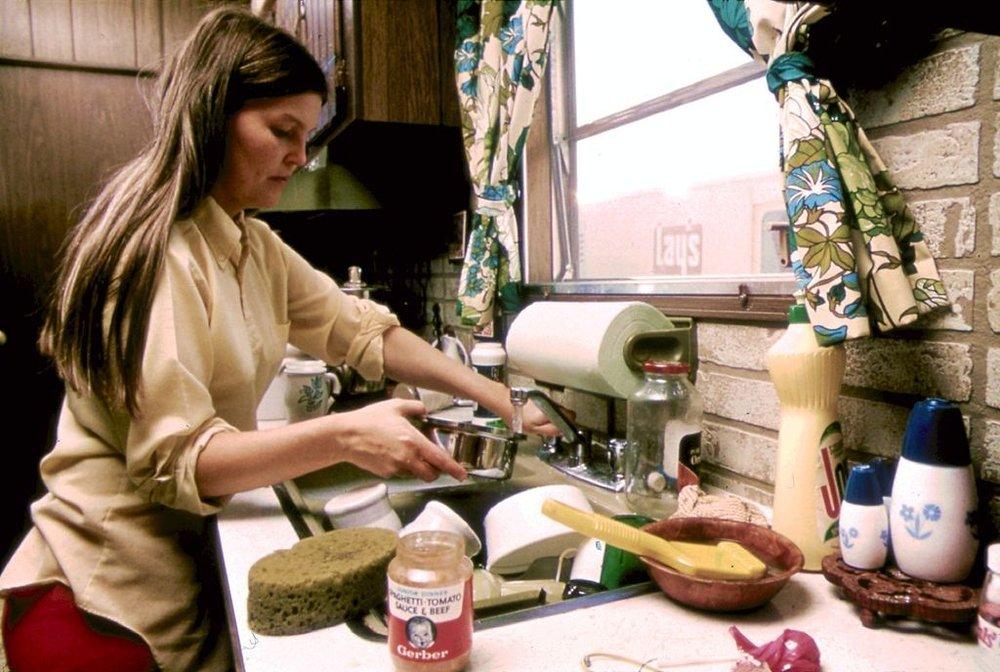 1024px-HOUSEWIFE_IN_THE_KITCHEN_OF_HER_MOBILE_HOME_IN_ONE_OF_THE_TRAILER_PARKS._THE_TWO_PARKS_WERE_CREATED_IN_RESPONSE_TO..._-_NARA_-_558298-1024x688.jpg