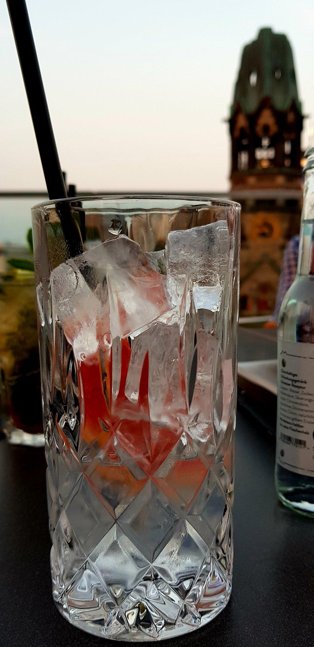 Gin Tonic auf dem Dach Motel One.jpg