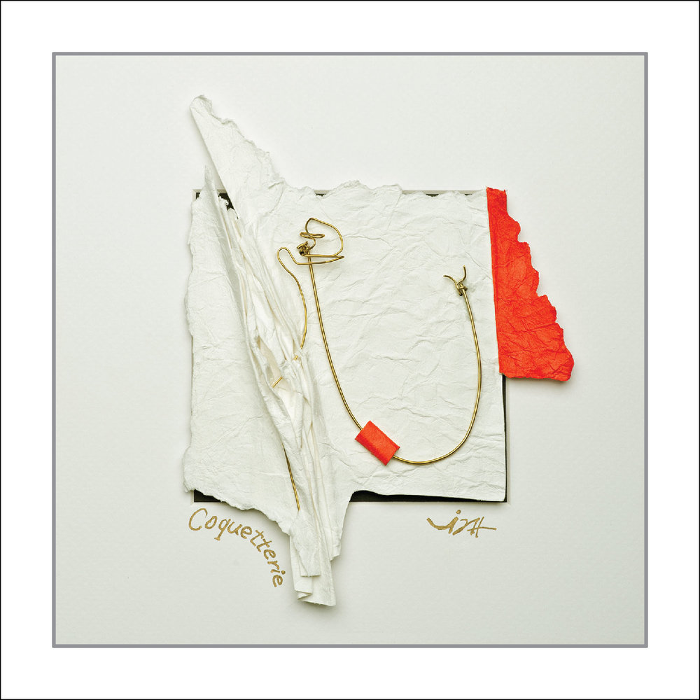 ''Coquetterie'' Tableau-Sculpture en papier sans acide 185 gr, ajout de fil de laiton, acrylique dans un écrin blanc vitré de 10 po. X 10 po.