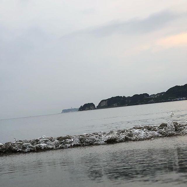 波の音を聴きに。⠀ ⠀ 海沿いはイヤホンを外して歩くのがオススメです。⠀ ⠀ ⠀ #sugataaoyama⠀ #sugatakamakura⠀ #sugataretreats⠀ #美しさはsugataに⠀ #kamakura⠀ #sea⠀ #beach⠀ #visitkamakura⠀ #asoview⠀ #airbnb⠀ #trip⠀ #surfski⠀ #ココロ⠀ #カラダ⠀ #ショクジ⠀ #鎌倉で⠀ #リトリート⠀ #大人の休日⠀ #ヨガ⠀ #ピラティス⠀ ジャイロキネシス⠀ #ハイキング⠀ #サーフスキー⠀ #非日常⠀ #リフレッシュ⠀ #週末鎌倉⠀ #休日鎌倉⠀