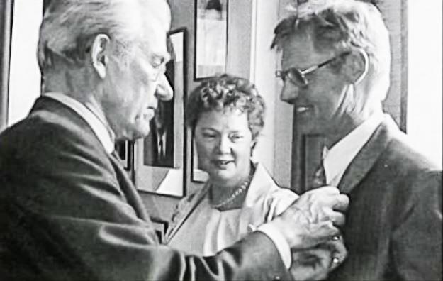 Sendiherra Þýskalands sæmir Gunnlaug orðunni góðu, sumarið 1992. (mynd úr Litla Bergþór)