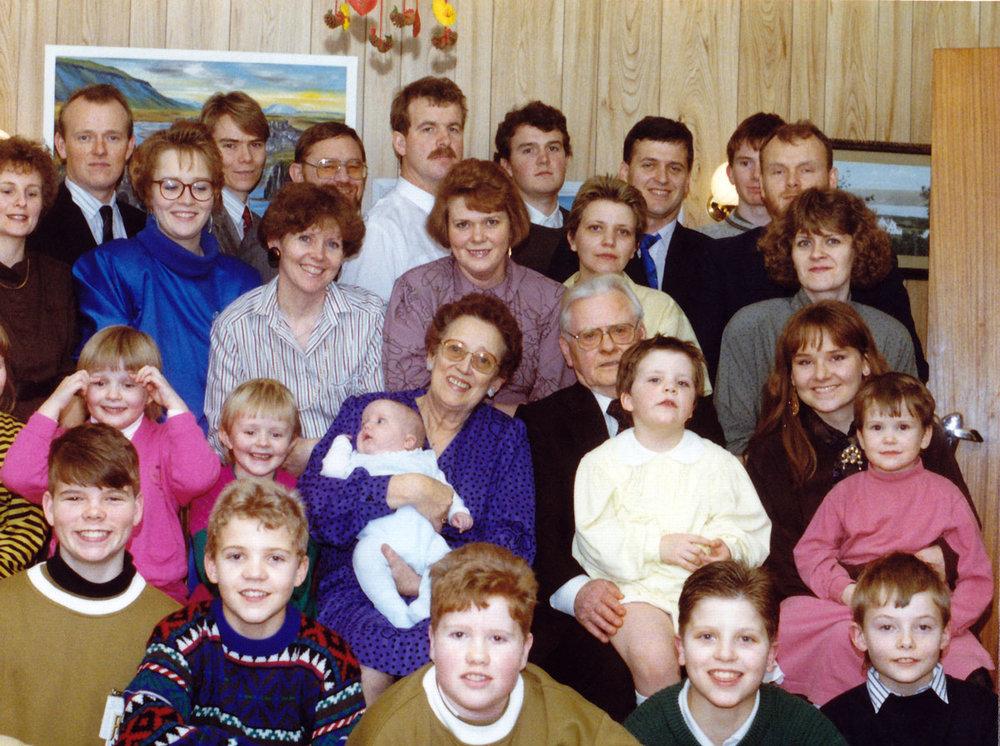 Guðný og Skúli með flestum afkomenda sinna 1988 (mynd: PMS)