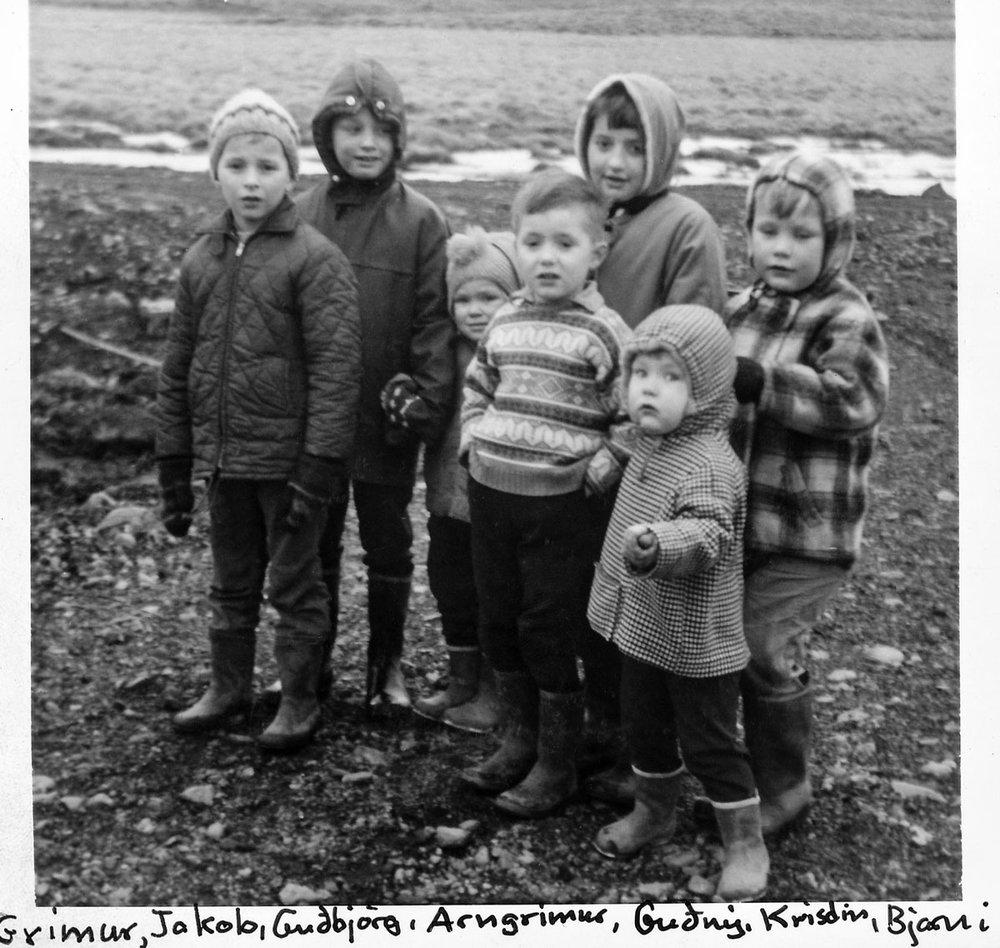 Fyrir aftan: Grímur, Jakob, Guðbjörg, Guðný, Bjarni.  Fyrir framan; Arngrímur og Kristín. (Mynd IB)