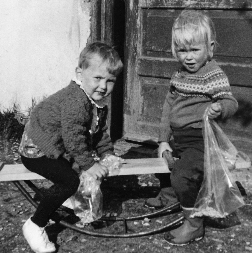 Kristín og Guðbjörg fyrir framan gamla bæinn (Mynd: IB)