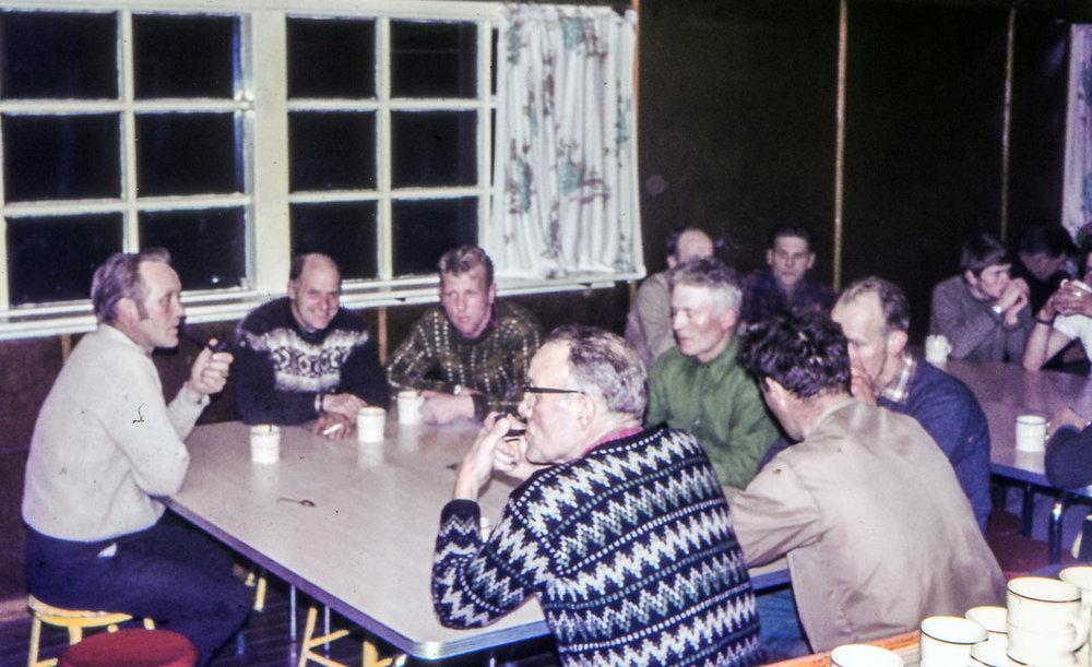Kaffi og pípa eftir matinn í Krossinum. F.v. Ingvar Þórðarson, Ólafur Jónsson, Haraldur Sveinsson, Þorsteinn Þórðarson, Bjarni Gíslason, Ásgeir Gestsson, Ágúst Eiríksson. (mynd frá Jóhönnu B. Ingólfsdóttur)
