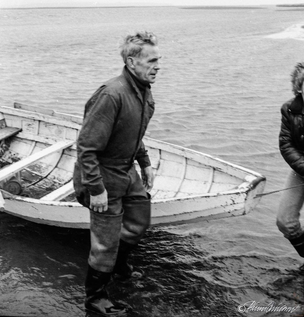 Vettvangsferð 1980. Á myndinni kemur Einar Tómasson (1912-1988) í Auðsholti á ferjubátnum. (mynd pms)
