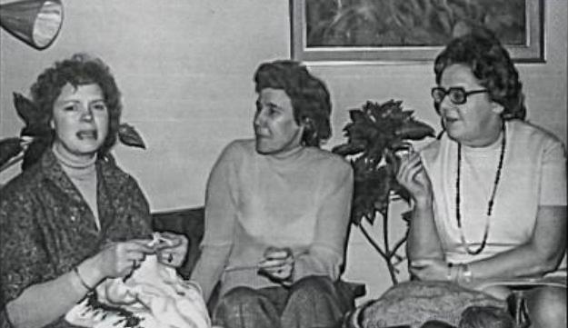 Þrjár konur úr þýska saumaklúbbnum: Renata, Gerða frá Flúðum og Ellinor á Seli. Myndin er tekin 1975. (mynd úr Litla Bergþór)