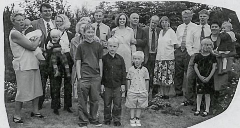 Stórfjölskyldan í garðinum í Brekkugerði (mynd úr Litla Bergþór)