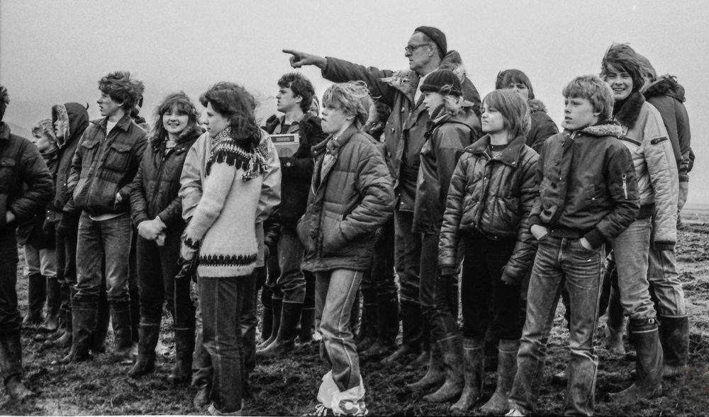 Ingólfur fræðir nemendur Reykholtsskóla um Iðuferju 1980 (mynd pms)