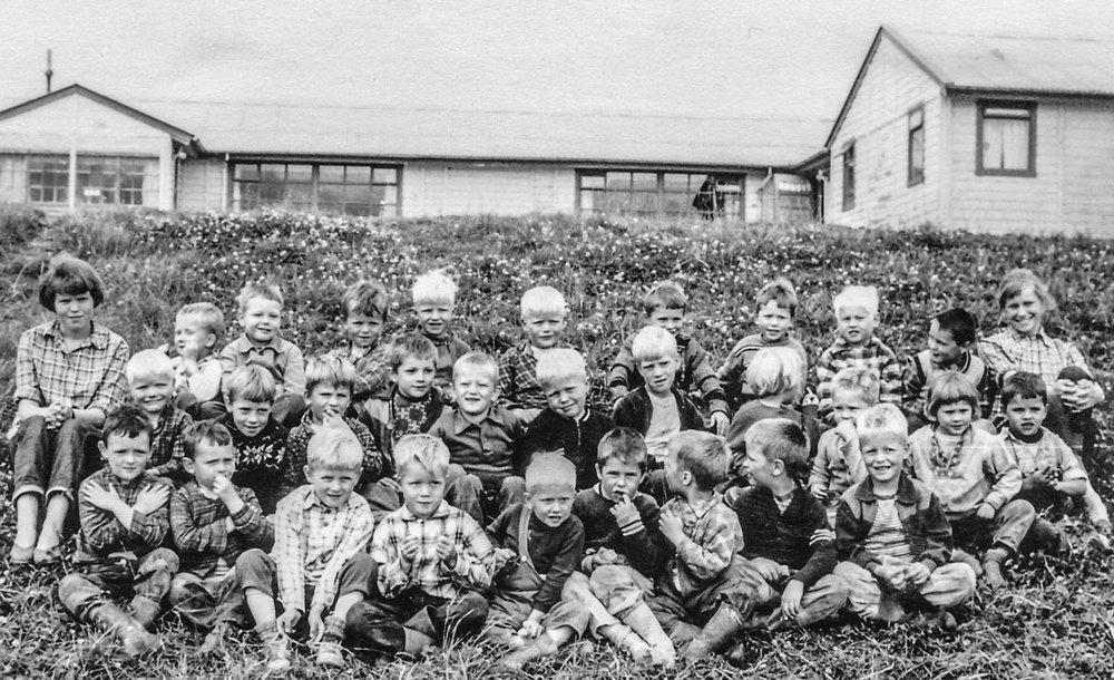 3. deild, 1959. Vinstra megin er Gígja og Hrefna er hægra megin. Þarna var um að ræða stráka sem voru 4-6 ára sem þær höfðu umsjón með þetta sumar.  Mynd frá Hrefnu Hjálmarsdóttur, eftir Matthías Frímannsson.
