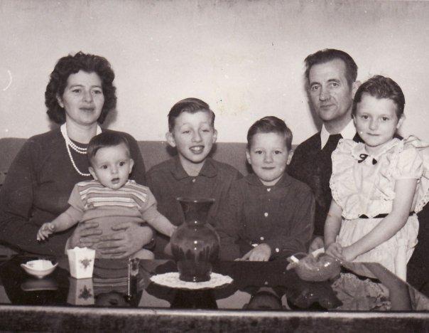 Lindarbrekkufjölskyldan líklegast 1963-4. Börnin f.v. Grímur, Indriði, Jón Pétur, Katrín Gróa. (mynd af Fb)