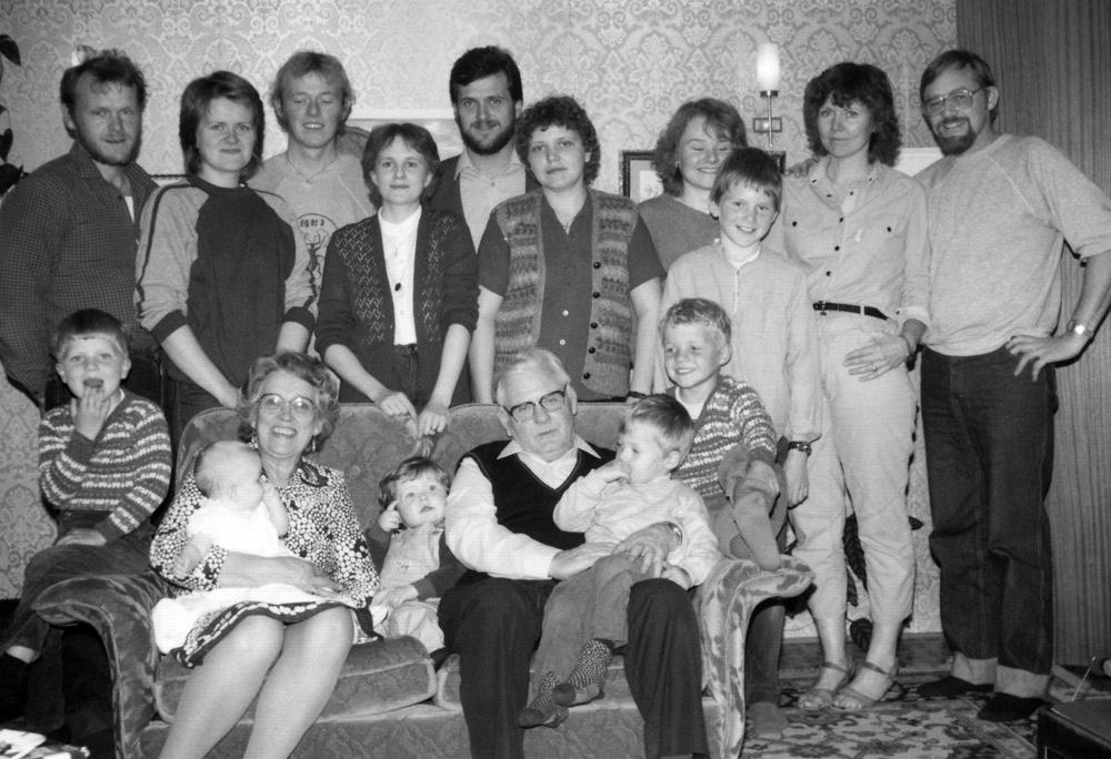 Hveratúnsfjölskyldan 1983: aftari röð f.v. Benedikt, Kristín, Magnús, Sigurlaug, Páll, Dröfn, Hulda, Eiríkur, Ásta, Gústaf. Fremri röð f.v. Þorvaldur Skúli, Elín Ingibjörg, Guðný, Bergþóra, Skúli, Guðni Páll, Egill Árni.