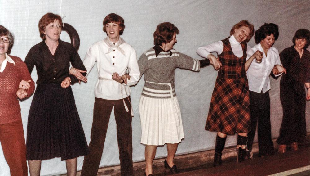 Dansað, mögulega færeyskur dans: Jónína Jónsdóttir, Karítas Óskarsdóttir, Elsa Marísdóttir, Brynja Ragnarsdóttir, Fríður Pétursdóttir, Karítas Melstað, Ásta Skúladóttir
