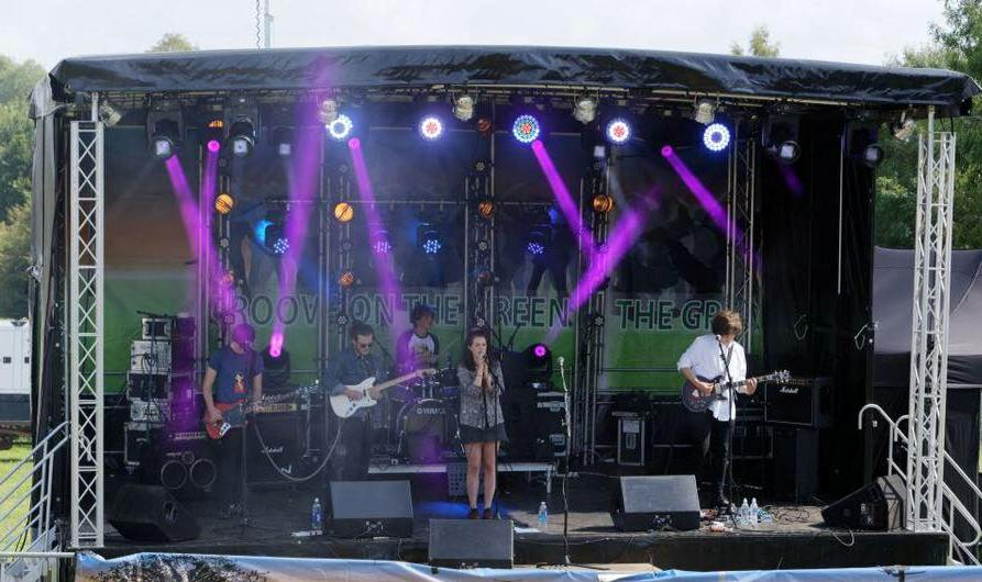 Features JTH 8M x 6M Profiled Mobile Stage