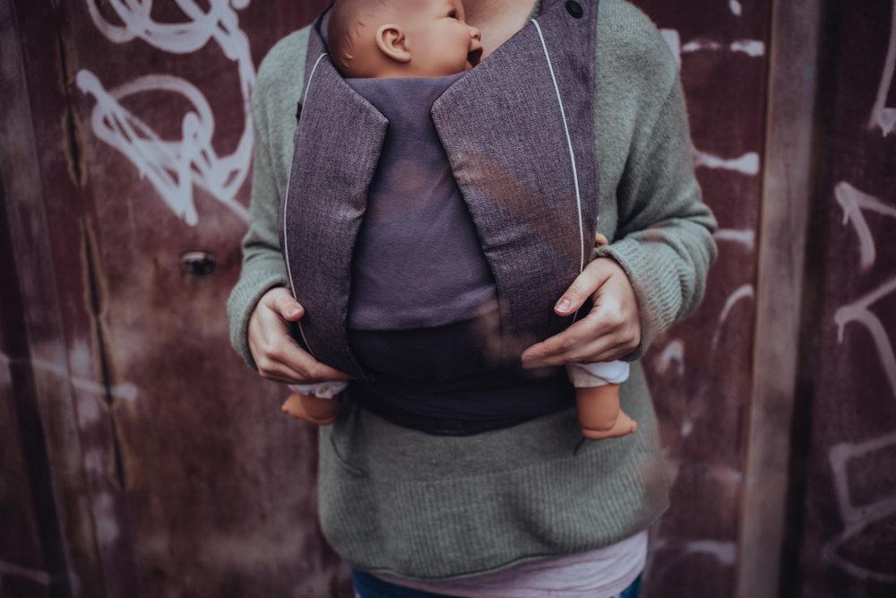 Cybex Yema Tie - Mei Tai/Half Buckle Tragehilfe mit gepolsterten Trägern und gepolstertem Hüftgurt mit Sicherheitsschnalle.Das Rückenteil ist aus diagonal elastisch gewebter Baumwolle, die Kopf- und Nackenstütze lässt sich passend auf die Größe des Babys einstellen.