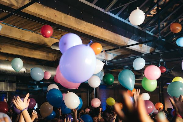 crowd_balloons_medium_2
