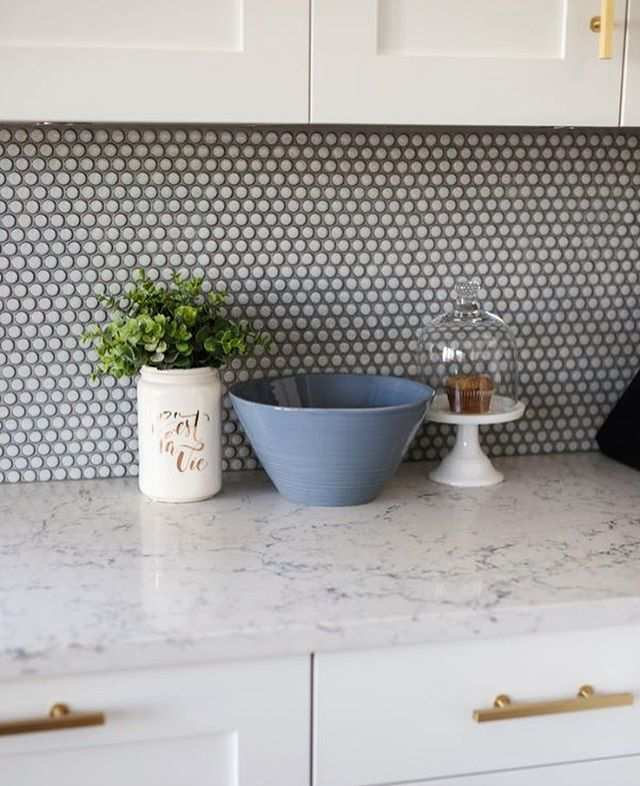 Kitchen details that we love at our Main St. Craftsman custom home build in Vancouver. The pennyround tile backsplash combined with the luxurious look of @caesarstoneca quartz is perfect 👌