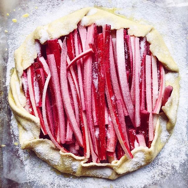 Rhubarb season is practically in sight 👀 @nikoleherriott provides some pre-rhubarb season inspo with this rustic, brightly-coloured spring tart. What produce are you looking forward to this #spring?