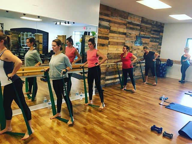 Getting those outer thighs with the green band. Post Thanksgiving #BarreBurn with the talented @jessibova  #barre #barrebooty #ocmd #theraband