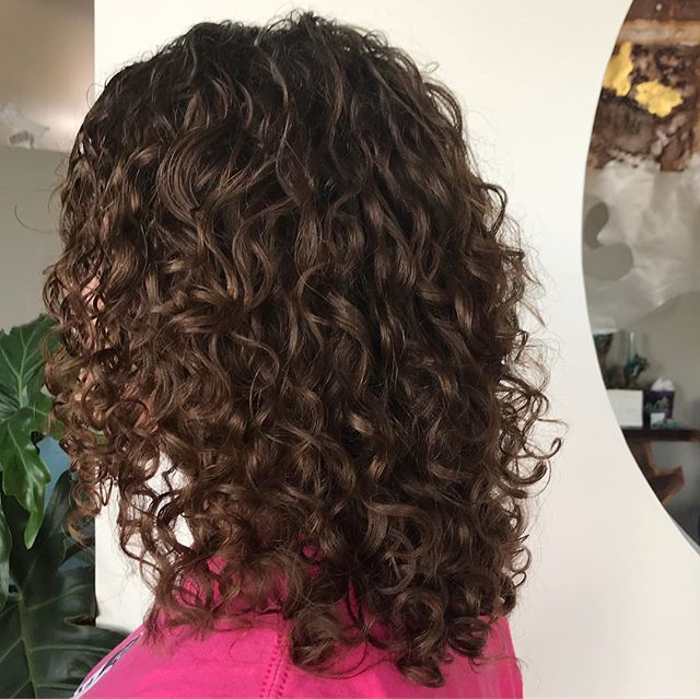 Another amazing Deva transformation by Mary! Swipe 👈🏻 to see the before pictures. #devacurl #devacut  #champaignurbana #champaignurbanahair #curlygirls # #beforeandafterhair #ippatsusalon