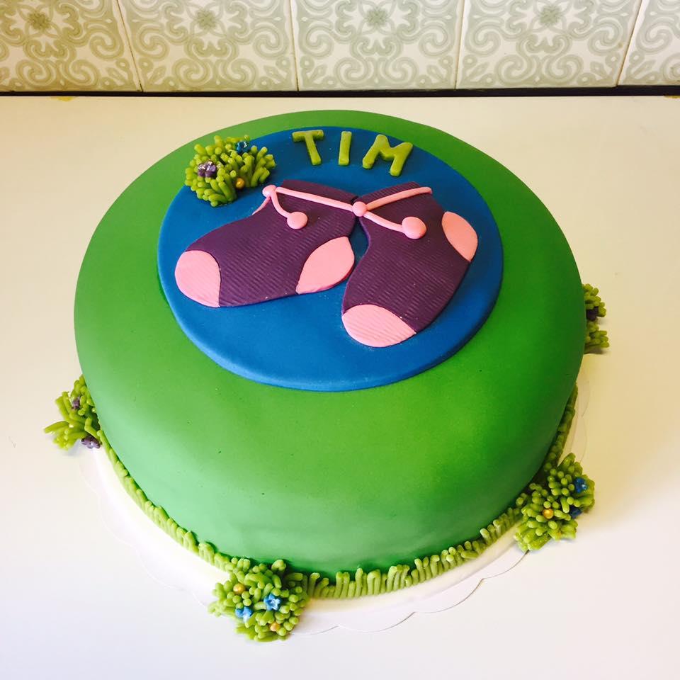 Er was zelfs een taart met paarse sokjes. - Deze creatieve mama liet een taart maken met de tekening van het geboortekaartje er op.