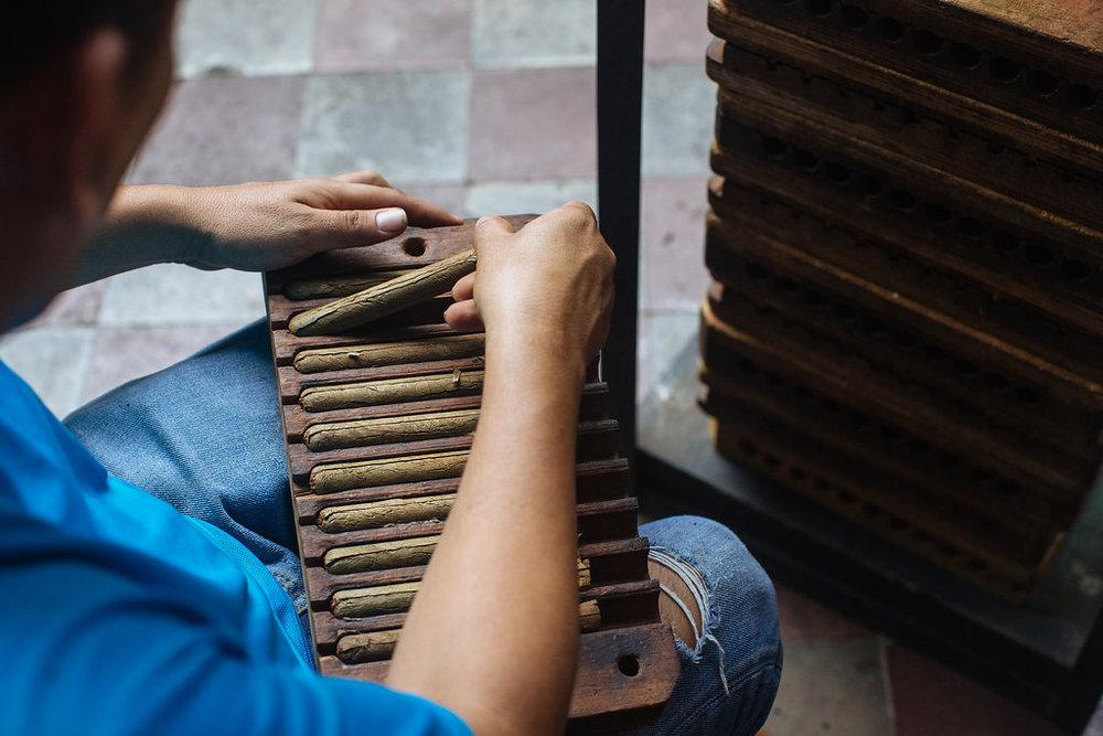 nicaragua-granada-donaelba-cigar-maker.jpg