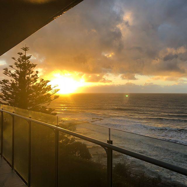 """オーストラリア🇦🇺ある日の一コマ…  夕陽みたいだけど朝日です。 ココロ洗われます  カモメがみんな揃ってこっちガン見してるんだけど…「なんだ、この人間は?」 家の中で虹🌈が出た?ので写真撮ってみた。なんか嬉しい😃  引き潮で真下の海に砂州ができるのでおりてみる…ここは普段なら海底になる場所。こんなとこでクリケットやるのはきっとオージーだけ。  一人砂州を歩くのは、""""十戒""""のモーゼ…ではなく、松崎しげる色に焦げたうちの旦那さん  海面から虹がでた🌈❗️ こんなの初めて見たぞ👀 記念に虹とツーショットを撮ってもらいました❤️"""