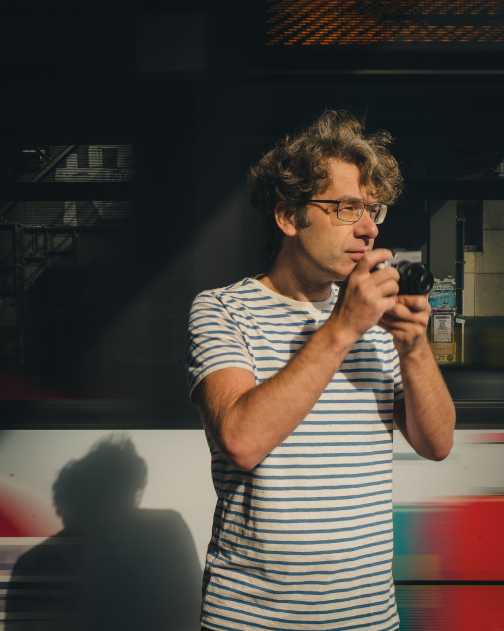 Jörg Nicht, geboren 1973 in Görlitz, studierte an der Berliner Humboldt-Universität Erziehungs- und Sozialwissenschaften. Er lebt und arbeitet heute als Fotograf in Berlin.   Der Fotografie widmet er sich seit seinem 12. Lebensjahr. Sein bevorzugtes Genre ist die Straßenfotografie, zu seinen Sujets zählen unter anderem städtisches Leben und die Mobilität im urbanen Raum. Jörg ist stets auf der Suche nach dem besonderen Licht: Mal sind es die harten Kontraste des Gegenlichtes, mal das weiche Licht der durch die Wolken hervorbrechenden Sonne. Einem breiteren internationalen Publikum bekannt sind Jörgs Arbeiten durch das fotosoziale Netzwerk Instagram, auf dem seinem Account @jn mehr als 550.000 Menschen folgen. Jörg Nicht ist LUMIX Ambassador und arbeitete u. a. für BMW, Lenovo und Huawei.