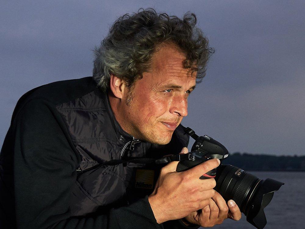 Jahrgang 1971, absolvierte sein Diplom Fotodesign Studium bis 2005 an der FH Dortmund und ist seit 2007 selbstständig im Bereich Architekturfoto- und Videografie tätig. Mit seinen künstlerischen Arbeiten war er an zahlreichen Ausstellungen beteiligt. Seit einigen Jahren leitet er Workshop für den Einsteiger- und Profi-Bereich um seine Freude an der Fotografie leidenschaftlich und wissensreich zu teilen.