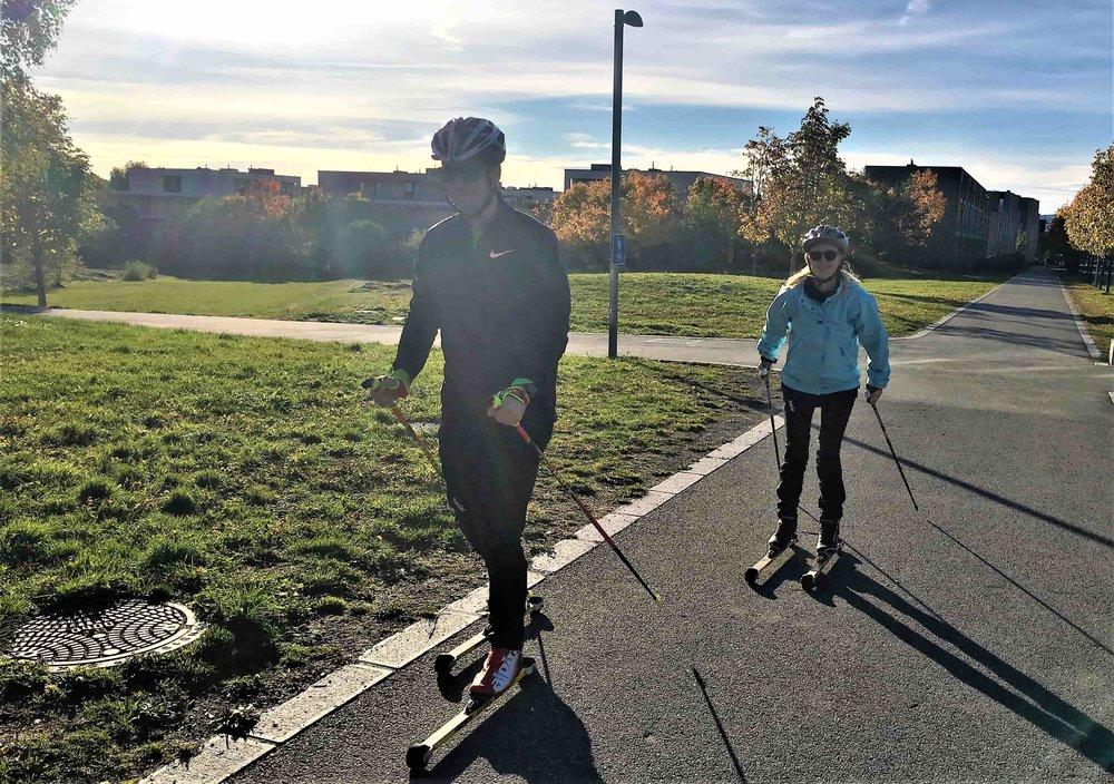 To deltakere som går rulleskitur for tredje gang. Begge to lånte rulleski og endte med å kjøpe dem.