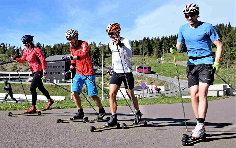 3 deltakere som har gått rulleski flere ganger fra før. Sindre (instruktøren) er nr 2 fra venstre.