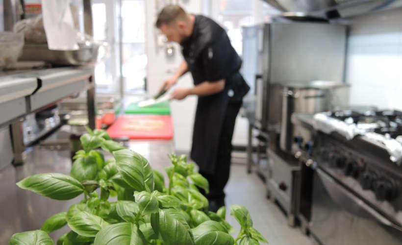 restaurant-landau-fuenf-baeuerlein-kochen-schneiden.jpg