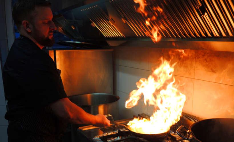 restaurant-landau-fuenf-baeuerlein-kochen-flambieren.jpg
