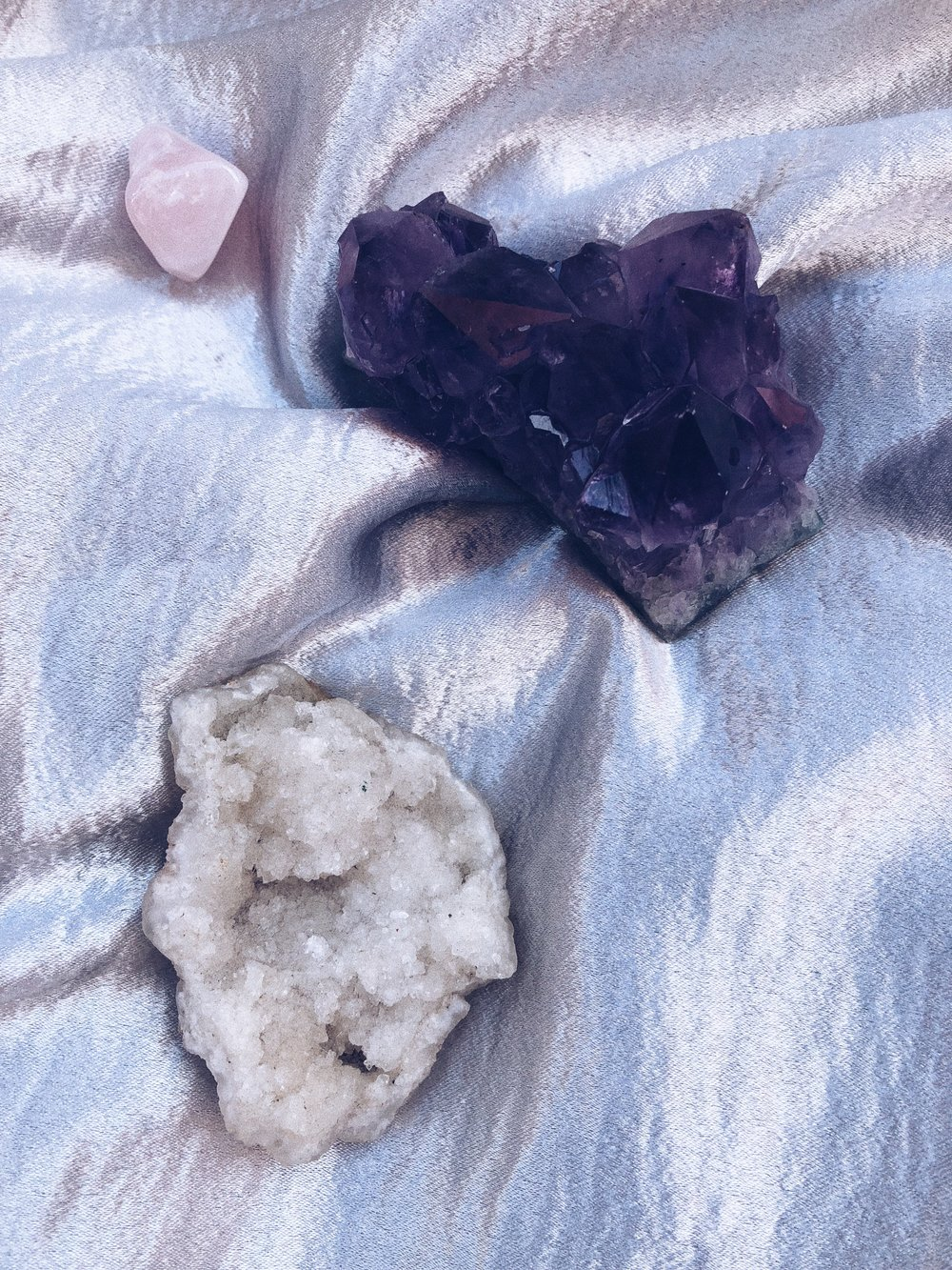 I AM A FAN OF LITTLE HELPERS - NO MATTER HOW SMALL THEY COME. I TURN FOR CHRYSTALS FOR SOME POSITIVE ENERGY AND MORE. WETHER IT'S  ROSE QUARTZ  OR  AMETHYST  – THEY EVEN LOOK GOOD IN YOUR HOME. ONE OF MY FAVS IS ROSE QUARTZ THAT I SOMETIMES PUT UNDER MY PILLOW BECAUSE IT GIVES YOU GOOD ENERGY AFTER A ROUG WEEK AND SUPPORTS REGENERATING YOUR NERVE SYSTEM AND YOUR HEART. ALSO THE AMETHYST HELPS WITH EMOTIONAL ISSUES, INSOMNIA AND NIGHTMARES AND BALANCES YOUR CHAKRA.  - T