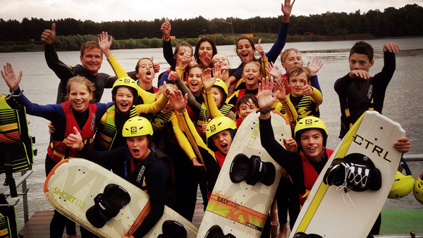 SUNDAY KIDS CLUB   Leeftijd: 10 – 14 jaar / kinderfeestjes Elke zondag van 10u30 – 12.00u € 19,5 - 1u30 Full Package  (incl. drankje)   Voor de jonge waterratten (10-14j) organiseren we leuke waterski- & wakeboardinitiaties met aangepaste tarieven. Onze monitoren zorgen ervoor dat de kids op een leuke en veilige manier kennismaken met deze watersporten. Wie valt, wordt opgepikt met ons motorbootje en naar het startponton gebracht zodat de kids snel terug het water op kunnen.