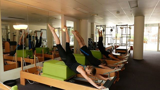 Group Training at the studio- the men and the women showing their skills 👌🏻 #swandive #pilates #pilatesreformer