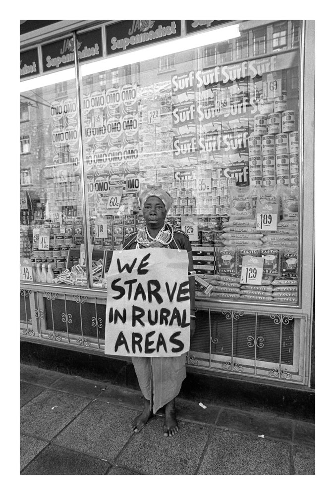 GILLE-DE-VLIEG845806-We-starve-in-the-Rural-Areas,-Year-of-the-Women-protest-Johannesburg-11-Aug-V-BW-300dpi-45.jpg