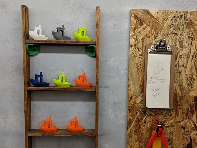 Another quick project to display my collection of benchy's. #3dbenchy #shelf #lulzbottaz6 #polymaker