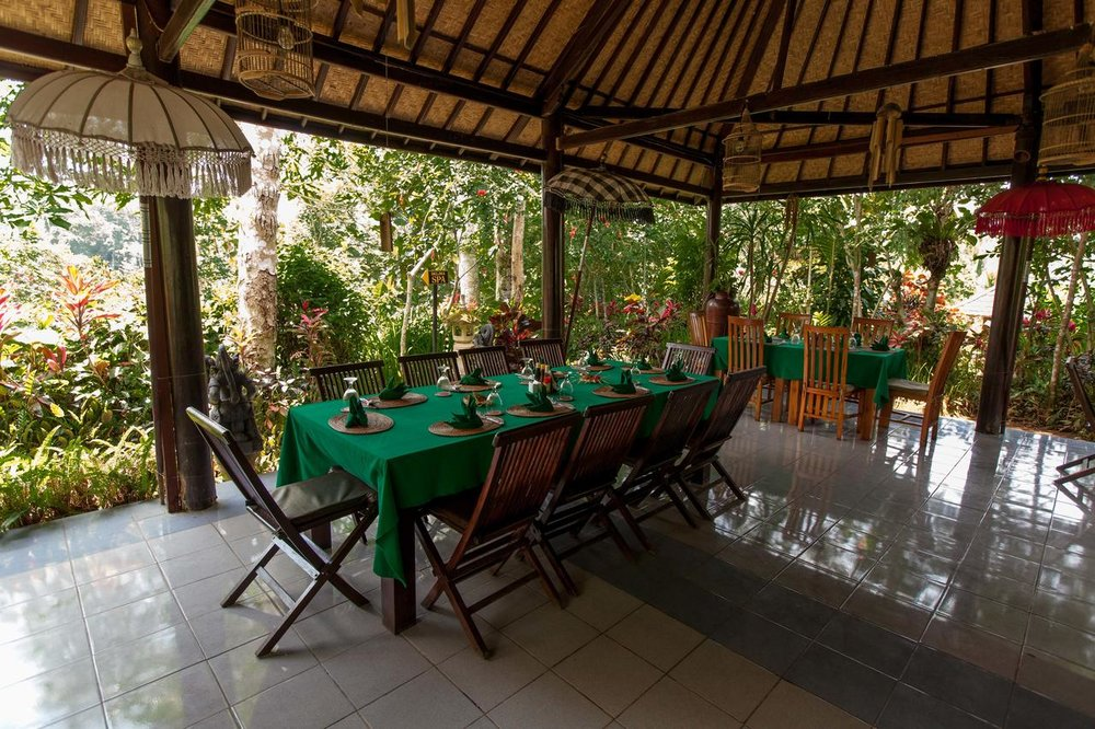 Bali Eco Adventure - This Eco stay is nestled deep in the tropical forest, nearby Tegallalang. 440 m above sea level and with 6km hiking paths, this retreat is the real deal for all sporty people who love spa's. And all that for € 35 per night!