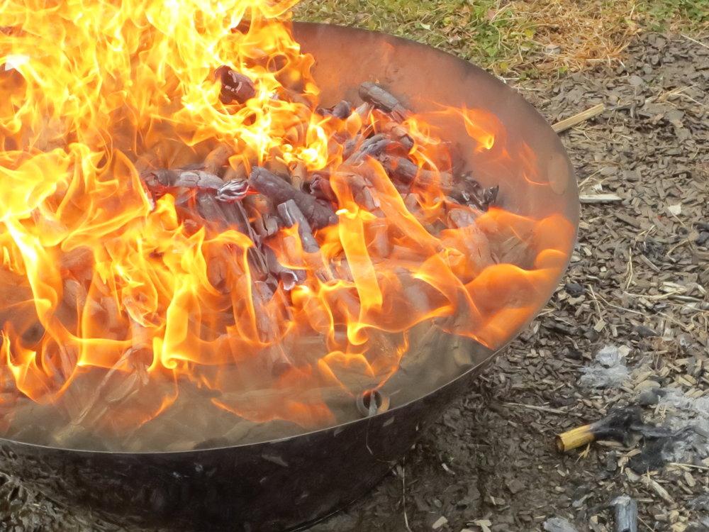 無煙炭化器を使って燃焼している様子