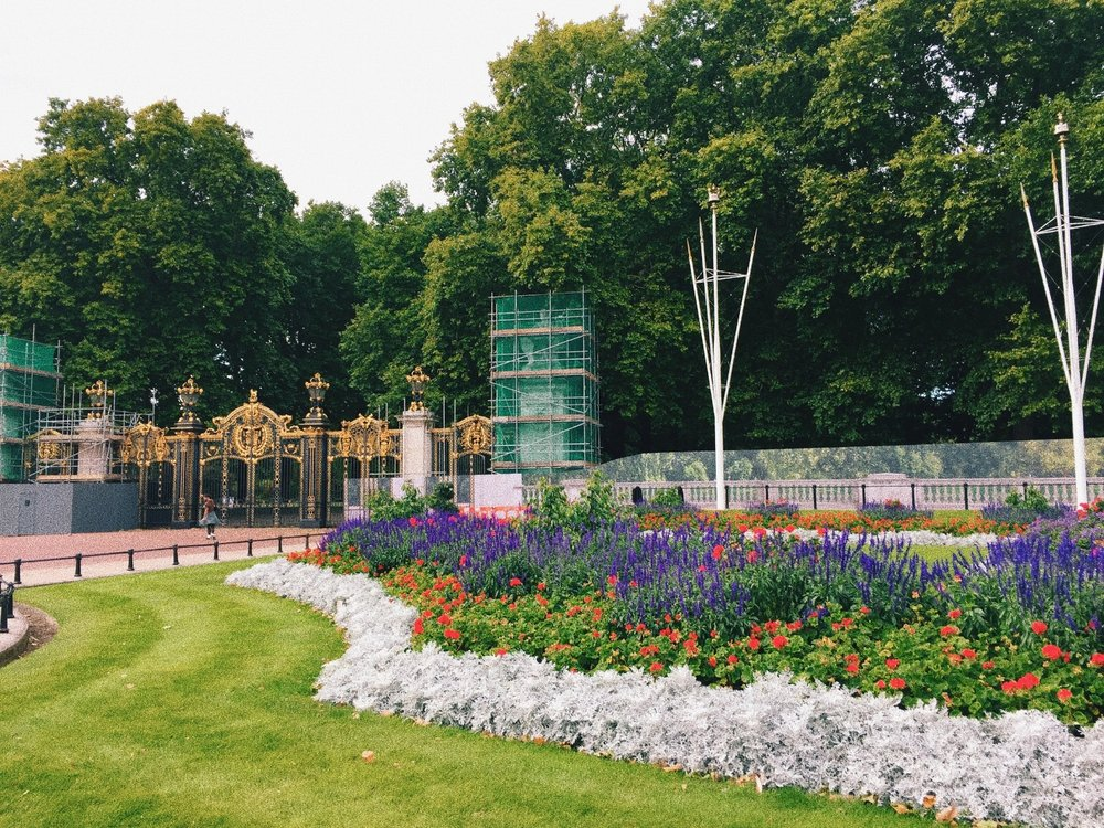 The gardens outside Buckingham Palace