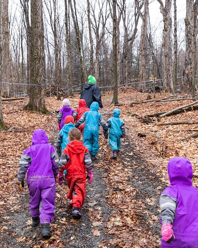 Our youngest students learned a lot about Vermont Maple Syrup today at @thebunkerfarm! We hiked through the sugarbush and ended up in the sugarhouse where the sap was boiling away. How is it possible for syrup to taste so good straight from the evaporator!   #thisisvt @vteducation #vermontmaplesyrup #naturebasededucation @oakiwear