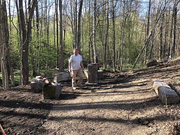 Sittegruppen begynner å ta form. Rundt plassen er det sådd gress og naturlige engblomster som vil få området til å se grønt og frodig ut.