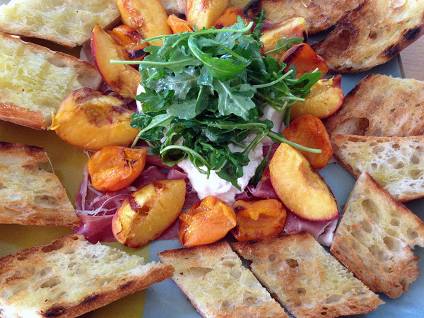 Grilled_peaches_and_apricots_with_burrata_web_grande