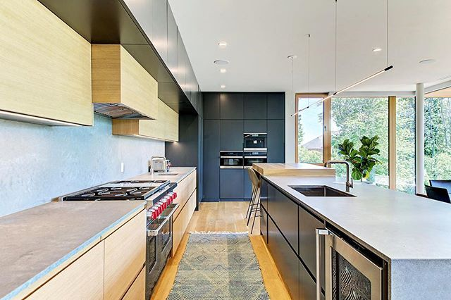 Modern, yet warm. #interiordesign #modernarchitecture #kitchendesign #kitchen #modernkitchen #dwell #home #architecture #torontodesign #torontostyle