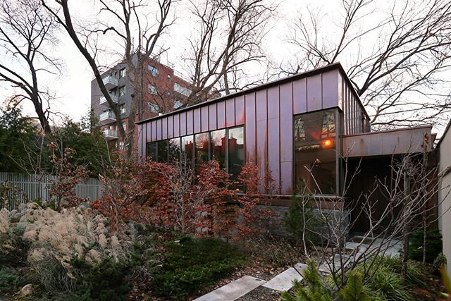 Another shot of the copper-clad coach house to perk up your Monday morning! . . . #architecture #copper #laneway #design #setlessarchitecture #coachhouse #torontodesigner #toronto #moderndesign #garden
